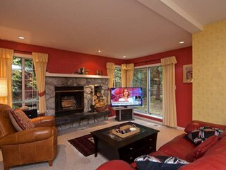 Charming Ski in/Ski Out townhouse, Free parking, Wood Fireplace, Professionally
