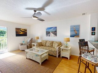 Walk to The Best Restaurants, Beaches, and Activities. Heated Pool. Fabulous Loc