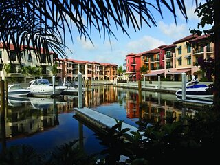 AMAZING STAY! WATER VIEW 2BR SUITE, 3 POOLS, MARINA