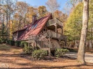 The Whisky Farmhouse Retreat in Peaceful Paradise with Hot Tub, location de vacances à Flowery Branch