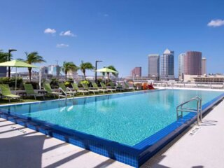 Great Find. Comfy Unit, Pool, Breakfast and Rooftop Pool