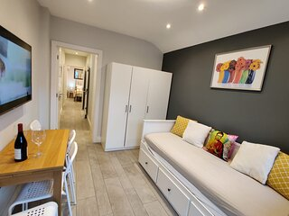 Stylish Annexe apartment, Great location. Walk to Tube/Own Entrance/Free parking