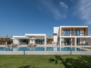 Brand new villa Olive, 8 bd, heated pool, privacy, luxury, ideal for big groups
