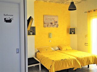 Centrico, renovado dormitorio de 2 camas con bano privado