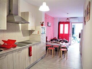 La Siezzzta: refurbished 2 bedroom apartment with private patio in city center