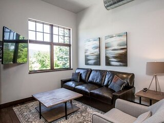 Immaculate loft condo steps to shops, restaurants, Whitefish River and Whitefish