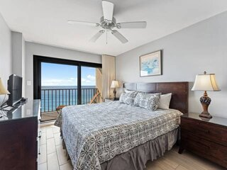 NEW LISTING! Beachfront 1BR Quiet East End Near Stat Park FREE WiFi and FREE Gul