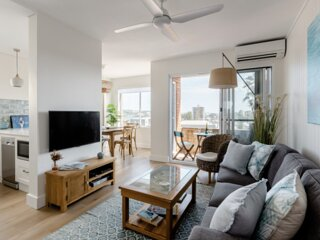 Manly Beach Pad (Just renovated) with fabulous views & garage