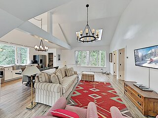 Wooded Getaway in Sky Forest | Luxurious Interior | Minutes to Lake
