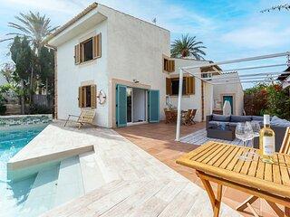 Espaciosa Casa Alexander, jardín y piscina privado, 3 mins a píe hasta la playa