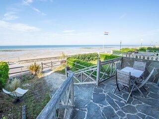 Apéritif ou petit déjeuner face à la mer, pratique aussi pour regarder les enfants sur la plage...