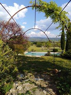 Arrivée avec vue sur la piscine et le Luberon