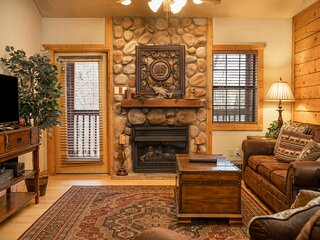 Lovely Log Cabin with Whirlpool Tub in Branson Theatre District