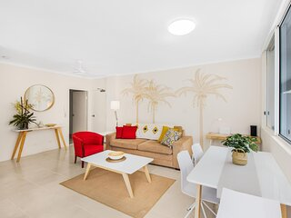 Coastal Unit with Patio, Pool, BBQ and Parking