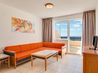 Salon con terraza y vistas a la playa.