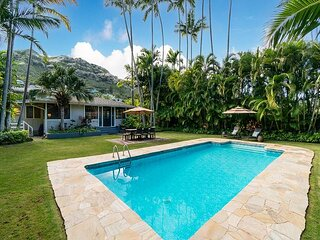 Mokulua Aina~Lanikai tropical retreat with pool ~ steps to Lanikai Beach