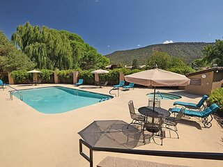 Beautiful 2 Story Townhome Located In Golf Community! Community Pool & Hot Tub -
