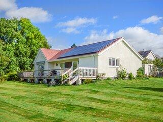 CLOVERMEAD COTTAGE, detached lodge, en-suite, dog-friendly, enclosed garden, in