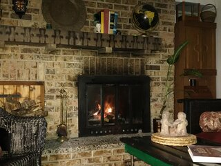 Comfy Apt. with fireplace in Historic Manotick near the river