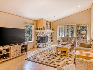 Sunny condo w/ a full kitchen & gas fireplace - near skiing, golf, & Lake Tahoe