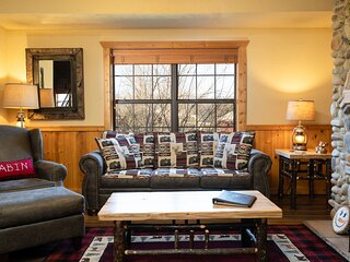 Lovely 2BR+Loft Cedar Log Cabin with Fireplace in the Very Heart of Branson