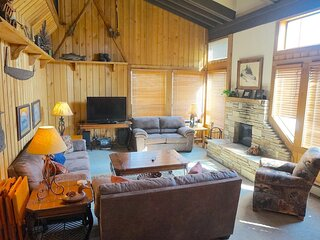 Comfortable Condo Close to Mammoth Lakes & All Summer Mountain Activities (Unit
