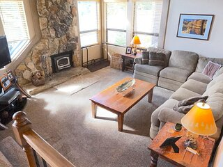 Beautiful Remodeled 2 Bedroom Condo with Amazing Mountain View! Steps to the