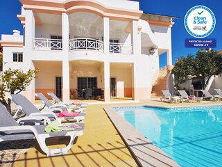 MAGNIFICENT VILLA, WITH WI-FI, GAMES ROOM, AIR CON & LARGE PRIVATE HEATABLE POOL