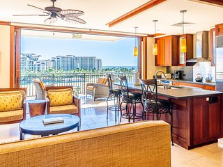 The entryway of this Ko Olina beach villa for rent, with ample seating and a view of the kitchen.