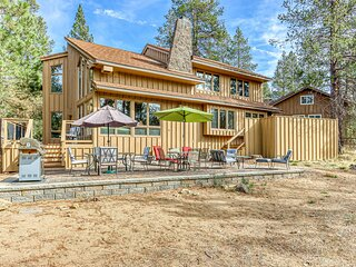 Private hot tub, pool table, 10 SHARC passes, and more at this Sunriver home!
