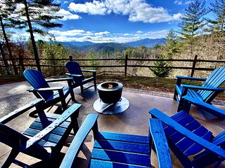 Social Distancing w/Stunning Mountain Views, 2 Masters, Hot Tub, HighSpeed WIFI