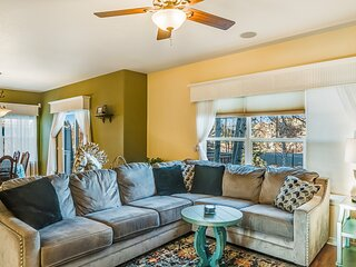 Dog-friendly home with high-speed WiFi, gas fireplace, and private washer/dryer!