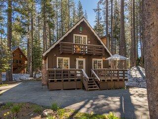Classic lake house w/ free WiFi, a wood fireplace, & washer/dryer