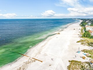 Sunny Beach to Bay Condo W/ Shared Pool, Free WiFi, Washer/Dryer, Garage Parking