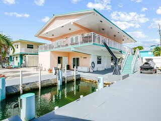 Fun waterfront home with free WiFi, dock, central AC, and washer/dryer!