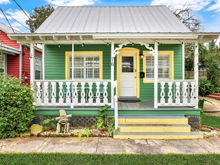 Adorable Cottage Near Downtown W/ Enclosed Yard & Spiral Staircase - Dogs OK