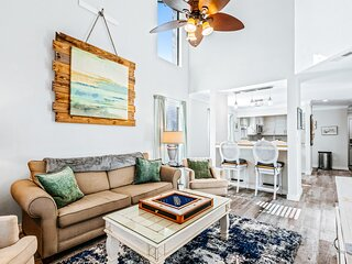 Two-level townhouse w/shared outdoor pool, hot tub, sports courts, & central A/C