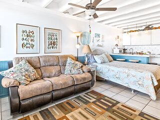 Third floor, hotel style oceanfront condo with shared pool & high-speed WiFi!