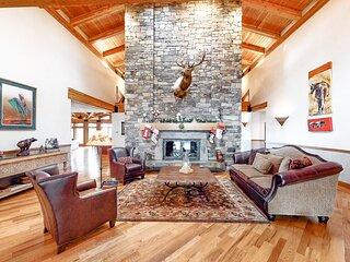 Unique Home w/3 Living Areas, 2 Decks,Air Hockey/Shuffle tables, WiFi