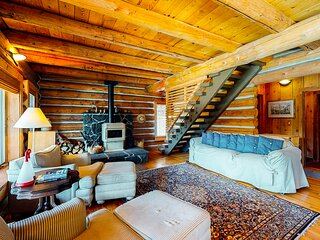 Adorable, lakefront log cabin w/ free WiFi, a wood stove, & private washer/dryer