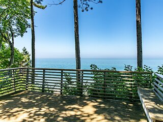 Well-Designed Lakefront Home w/Private Outdoor Hot Tub, Ping-Pong, Free WiFi
