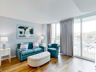 2nd floor home w/WiFi, marina view/shared hot tub & pool/central ac/washer/dryer