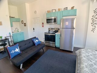 DTWN Queen bed studio w/ sofa bed | COFFEE + NETFLIX +WINE | keyless entry