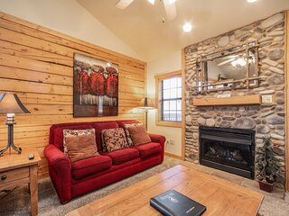 Lovely Cabin in the Heart of Branson! Gas Fireplace & Whirlpool Tub