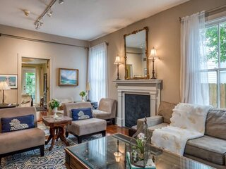 Historic & Charming! Walk to Downtown attractions, Lovely Courtyard, 3 King Ensu