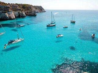 Barco en Formentera duerme en el paraiso