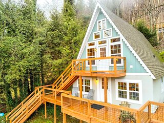 NEW! Cozy Banner Elk Cabin w/ Mtn View & Fireplace