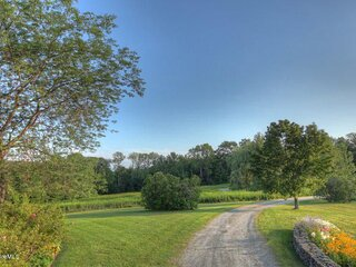 6BR Berkshire Bliss - 38 private acres - close to skiing and town