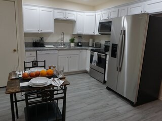 New Foothills Remodeled Private Studio w Garage & full kitchen