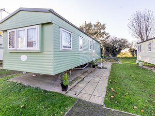 Great 8 berth caravan nearby the beautiful Gorleston beach in Norfolk ref 70549C